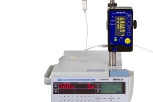FlowTrax-mounted-to-IV-Pole-with-IV-pump_zoom